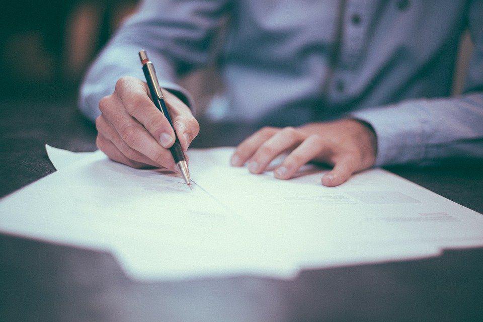 Czy podrobienie podpisu zawsze grozi skazaniem za czyn z art. 270 § 1 kk? Odpowiada adwokat. - Pomoc Prawna